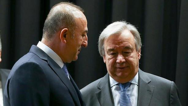 """Foto - Toplantıda Dışişleri Bakanı Mevlüt Çavuşoğlu, konuyla ilgili olarak BM Genel Sekreteri Guterres'e yakın zamanda mektup yazdığını da hatırlattı. Bakan Çavuşoğlu hem kendisinin, hem de tüm diplomatik yollar kullanılarak uluslararası ve ilgili kurumlara """"Ön koşulsuz Yunanistan otursun, tezine güveniyorsa anlatsın... Hangi uluslararası hukukta hangi hakları varmış, bizim ne haklarımız varmış. Biz konuşmaya varız"""" mesajı verildiğini kabineye aktardı. Toplantıda bakanlar tarafından Doğu Akdeniz'de çalışmalarını sürdüren Oruç Reis gemisine bir saldırı girişimi olursa nasıl adım atılacağına dair bazı sorular da yöneltildi. Bu konuda """"Oruç Reis gemisini koruma görevi yürüten savaş gemilerine ilk ateşi açmama ve karşı taraftan herhangi bir hamle gelmesi durumunda gereğini yapma konusunda talimatların verildiğini"""" bilgisi paylaşıldı."""