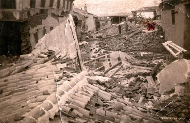 Foto - Erzincan Depremi (1939) - 7.8 26 Aralık 1939 Erzincan merkezli geçekleşen 7.8 şiddetindeki depremde 32 bin 700 kişi hayatını kaybetti.