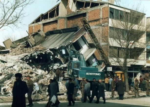 Foto - Erzincan Depremi (1992) - 6.8 13 Mart 1992'de Erzincan'da meydana gelen 6.8 şiddetindeki depremde 498 kişi hayatını kaybetti.