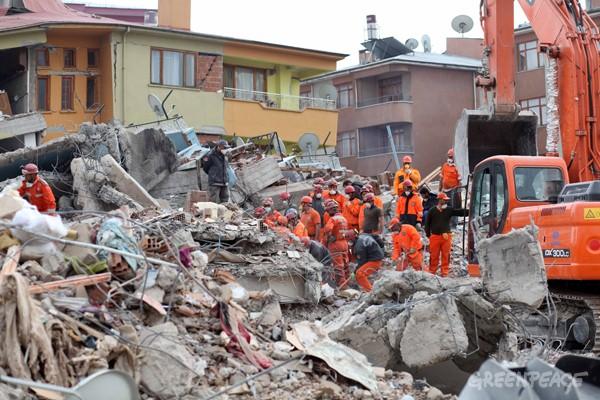 Foto - Van Edremit Depremi (2011) - 5.6 9 Kasım 2011 Van / Edremit merkezli meydana gelen 5.6 şiddetindeki depremde 43 bin 234 kişi hayatını kaybetti.