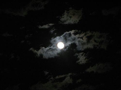 """Foto - Ankara Üniversitesi Kreiken Rasathanesi, mavi ay ile ilgili şu açıklamaları yaptı; """"Mavi Ay"""" bir tanıma göre bir takvim yılı (Güneş takvimi) içerisinde gerçekleşen 13. dolunay evresine verilen geleneksel bir isimdir. Ay takvimlerinde, bir takvim ayı aynı evre ile başlar aynı evre ile biter."""
