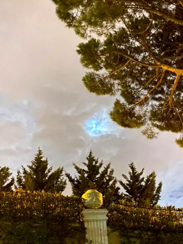 Foto - Yıl içinde toplamda 12 defa oluşan Dolunay'dan biri olan Mavi Dolunay, İstanbul'da da vatandaşların objektifine yansıdı.