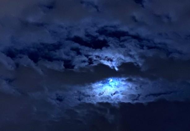 """Foto - Ay'ın rengi ile hiçbir ilgisi yoktur. Sky & Telescope dergisinin Mart 1946 sayısı genel kabul gören orjinal tanımı alıp (yanlış anlayarak) bir ayda gerçekleşen ikinci dolunaya ilgi çekmek üzere """"Mavi Ay"""" demiştir."""