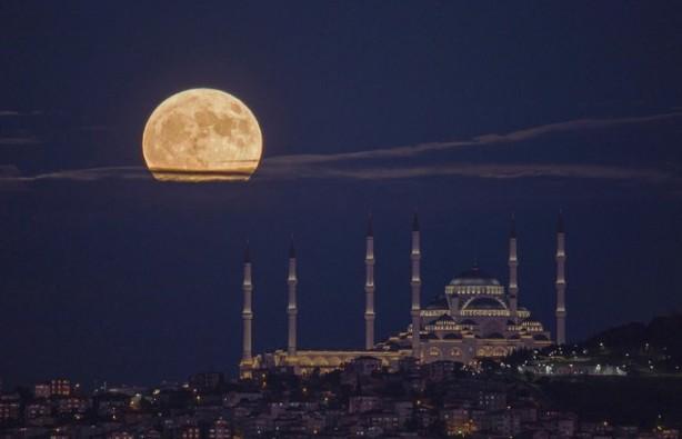 Foto - Bu nadir doğa olayını gören İstanbullular, cep telefonlarıyla video ve fotoğraf çekerek anı ölümsüzleştirdi.