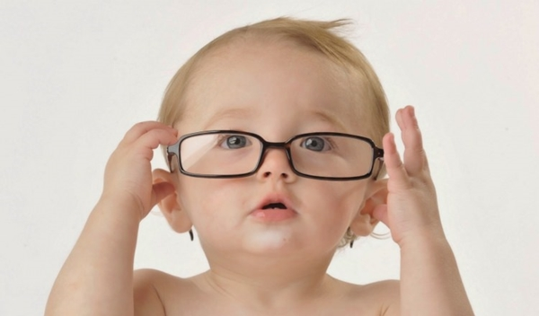 Pahalı olan her gözlük sağlıklı değildir. Çocuklar için de yetişkinler için de en iyi olan gözlük, çerçevesi yüze ve burna uygun olan ve hafif olan gözlüklerdir.