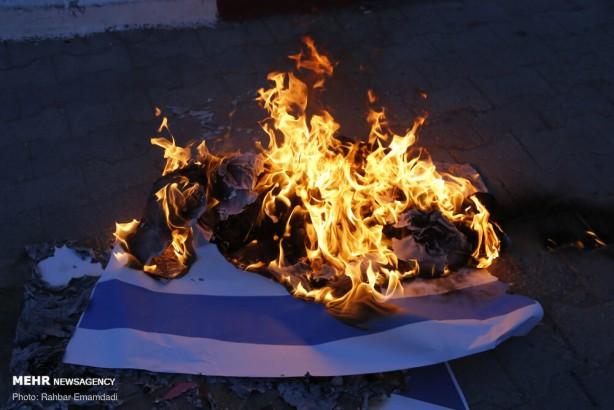 Foto - İran'ın güneyindeki Bender Abbas kentinde bir grup okul öğrencisi nükleer bilimci Mohsen Fahrizade'ye karşı düzenlenen terör eylemini protesto etti.
