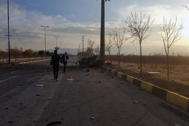 Foto - Görgü tanıkları, Batılı ülkelerin uzun süredir gizli bir nükleer bomba programını planladığından şüphelendiği nükleer fizikçi Fahrizade suikastında bir patlama sesi ve ardından makineli tüfek ateşi duyduklarını söyledi. Yarı resmi haber ajansı Tesnim, Fahrizade ve korumalarını taşıyan bir araca ateş etmeden önce 'teröristlerin başka bir arabayı da havaya uçurduğunu' bildirdi. İran Devrim Muhafızları'na yakın Sepah Cybery isimli sosyal medya hesabı, suikaste 12 kişinin katıldığını yazdı. Amerikan CNN International ve İsrail'in Haaretz gazetesi, Ortadoğu'yu tepetaklak eden suikastın nasıl gerçekleştiğine dair yeni detayları sayfalarına taşıdı. Buna göre, Fahrizade uzaktan kumandalı bir makineli tüfekle öldürüldü. CNN ve Haaretz, haberi yarı resmi Fars ajansına dayandırdı. Eşiyle birlikte kurşun geçirmez lüks aracın içinde seyahat eden nükleer fizikçinin yanında korumaları da vardı. İlk olarak bir silah sesi duyuldu, ardından 150 metre uzaklıktaki bir başka araçtan çıkan uzaktan kumandalı makineli tüfek ateş açmaya başladı.