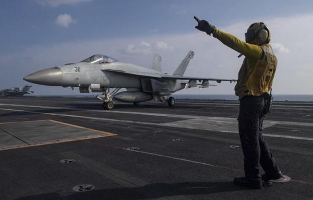Foto - İran'da tüm bunlar yaşanırken Umman Denizi'ne gelen Amerikan uçak gemisi USS Nimitz'den jetler havalandı. Nimitz ve beraberindeki filonun suikastten yalnızca bir gün önce bölgeye geldiği biliniyor.