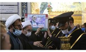 Foto - Törende dikkat çeken bir başka detay, Kasım Süleymani ve Fahrizade'nin fotoğraflarının yan yana olmasydı. Nükleer fizikçi için bugün başkentte resmi cenaze töreni düzenlenecek ve koronavirüs önlemlerine rağmen yüksek katılım bekleniyor.