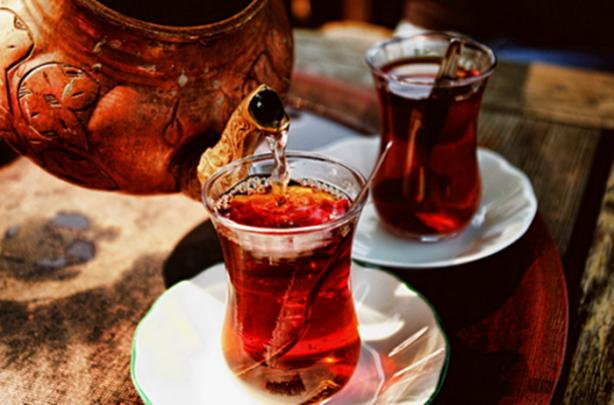 Dünyada en fazla tüketilen içeceklerin başında gelen çay her ülkenin kültürüne, geleneklerine göre farklılık gösterebiliyor.