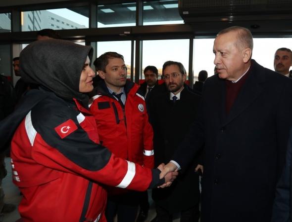 Erdoğan depremde yaralananları hastanede ziyaret etti