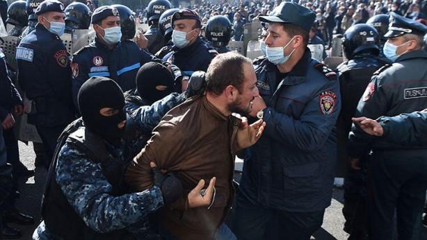 Foto - Milliyetçi sloganlar atan göstericiler güvenlik güçleriyle zaman zaman kavgaya tutuştu. Polisin müdahalesiyle 130 kadar protestocu gözaltına alındı.