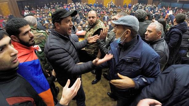 Foto - Gösterilerde, iki gündür bir araya gelemeyen milletvekillerine toplanma çağrısı yapan muhalefet, Nikol Paşinyan'ın imzaladığı anlaşmanın geri çekilmesi için süreç başlatılmasını istedi. Ancak dün de parlamentoda toplantı için yeterli çoğunluk sağlanamadı.