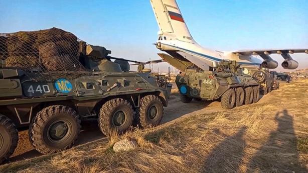 Foto - Dağlık Karabağ, kuzey ve güney olmak üzere iki sorumluluk bölgesine ayrılacak. Bu iki bölgede 16 askeri gözlem noktası kurulacak. Ermenistan'ı Karabağ bölgesine bağlayan 5 kilometre genişliğindeki koridorda ise dört kontrol noktası oluşturulacak. Barış gücü haritasında ayrıca iki devriye rotası da var. Bunların ilki Ağdam bölgesi cephe hattı, ikincisi ise Hocavend (Martuni) bölgesi hattı.