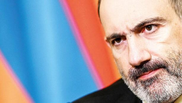 """Foto - İKİ KIZI KANADA'DA MI? Erivan'da yer yerinden oynarken Başbakan Paşinyan ve ailesinin nerede olduğu belirsiz. Grapark gazetesi, """"Şüphesiz bu ortamda Paşinyan sokağa çıkamaz. Linç edileceği ortada. Ancak Ermenistan halkının, ülkeyi yönetmeye devam ettiğini söyleyen Paşinyan'ın nerede olduğunu bilmesi en doğal hakkı"""" yorumunda bulundu."""