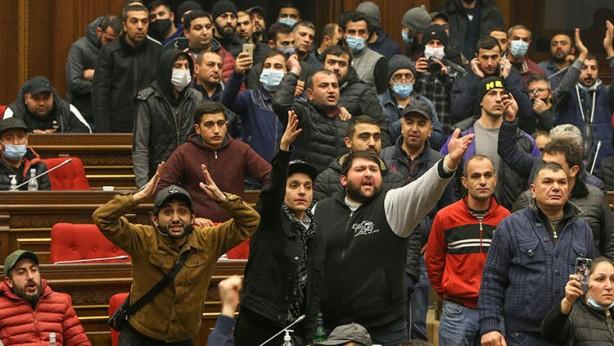 Foto - Taşnak Partisi, ülkedeki diğer muhalif güçlerin de kendilerini desteklediğini iddia etti. Yaklaşık 30 bin kişinin toplandığı dünkü gösterilerde arbede de yaşandı.