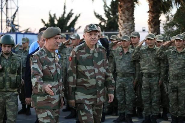 Foto - Mehmetçiğin Azerbaycan görevi kapsamında tüm detaylar çalışılırken, intikalin başlatılması için Cumhurbaşkanı Recep Tayyip Erdoğan'ın talimatı bekleniyor. Hazırlıklar, Türkiye ve Azerbaycan nezdinde bölgede ateşkesin kontrolü, Azerbaycan ordusunun işgalden arındırdığı reyonlarda güvenliğin sağlanması ile sistemin tesisinde ihtiyaç duyulan destek doğrultusunda geniş kapsamlı bir planlama dahilinde yapıldı. Bu doğrultuda Azerbaycan'a yeterli gücün gönderileceği, bu gücün de Rusya'nın kuvvetine benzer bir güç olacağı değerlendiriliyor. TSK unsurları; keşif ve istihbarat unsurları, özel birlikler ile mobil ve hafif zırhlı araçlar ile hafif silahlardan teşkil edildi. İşgalden temizlenen sıcak temas hattına yakın noktalarda konuşlanması beklenen Türk askeri gücünün, gerektiğinde Rusya ile işbirliği dahilinde söz konusu olaylara müdahale yetkisi de olacak. Rus barış gücünün yoğun olarak gözlem noktalarında konuşlandığı, Laçin, Şuşa, Kelbecer gibi bölgelerde Türk ve Azerbaycan ordusu tarafından gözlem noktalarının tesis edilmesi bekleniyor.