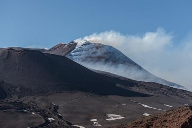 Mart ayında yeniden faaliyete geçen İtalya'nın güneyindeki Sicilya Adası'nda bulunan aktif yanardağ Etna, lav püskürtmeye devam ediyor.