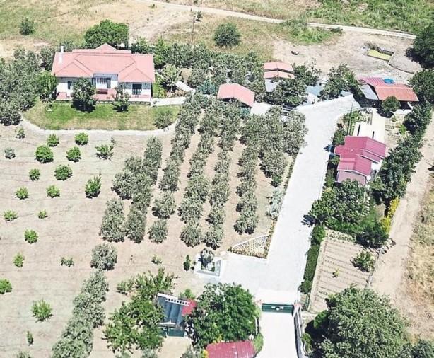 Foto - Yeni Asır'ın skandalı ortaya çıkaran haberlerinin ardından yapılan incelemede Portakal'ın imar barışından yararlanmadığı anlaşılan 40 metrekarelik kaçak sundurmanın yıkılması için harekete geçildi..