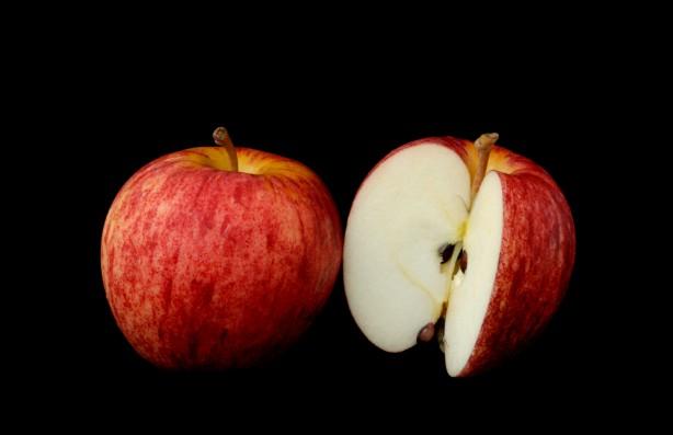 Foto - Elma Çekirdekleri Birçok kişinin favori meyvelerinden olan elmanın yararları saymakla bitmiyor. Ama diğer yandan elmanın içinde bulunan çekirdeklerinin zararlı olabileceğini biliyor muydunuz? Siz de sağlıklı diye elmanın sapıyla birlikte tamamını tüketenlerdenseniz, bu alışkanlığınızdan bir an önce vazgeçmelisiniz. Çünkü eğer bir su bardağı elma çekirdeği yerseniz, siyanür zehirlenmesi nedeniyle hayatınızı kaybedebilirsiniz.