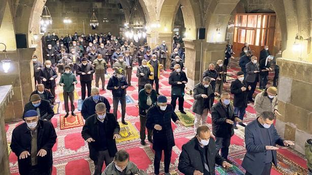Foto - Son dönemde ülke genelinde yaşanan kuraklık nedeniyle yurt genelinde 11 Aralık'ta cuma namazında yağmur duası yapıldı.