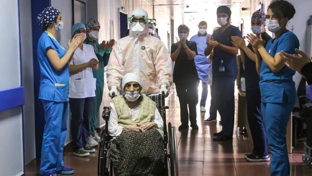Foto - İstanbul Eğitim Araştırma Hastanesi'nde Kovid-19 tedavisi gören 107 yaşındaki Havahan Karadeniz 14 Nisan'da taburcu edildi.