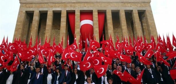 Foto - 19 Mayıs Atatürk'ü Anma Gençlik ve Spor Bayramı, ülke genelinde sokağa çıkma kısıtlaması altında kutlandı. Cumhurbaşkanı Recep Tayyip Erdoğan'ın çağrısı üzerine saatler 19.19'u gösterdiğinde vatandaşlar, evlerinin balkon ve pencerelerinden İstiklal Marşı okudu.