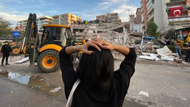 Foto - İzmir'in Seferihisar ilçesi açıklarında 30 Ekim'de, merkez üssü Ege Denizi olan 6,6 büyüklüğünde deprem meydana geldi. Sığacık'ta deniz suyunun yükselmesi sonucu cadde ve sokaklar su altında kaldı. Deprem nedeniyle 117 kişi hayatını kaybetti, 1032 kişi yaralandı, enkaz altından 107 kişi sağ çıkarıldı.