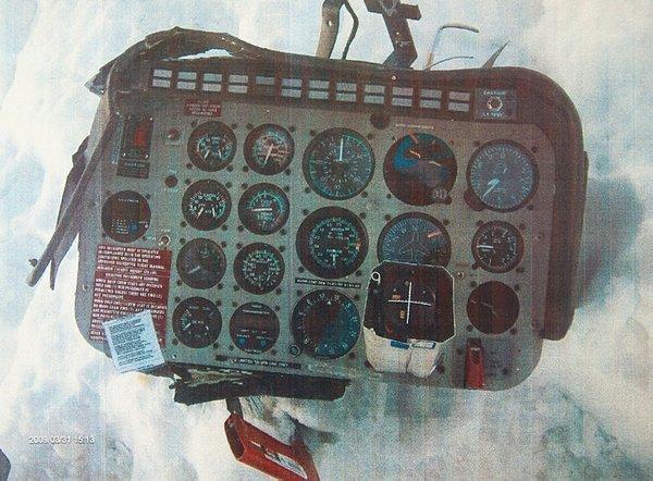 Foto - Radar kayıtları silindi Yeni soruşturmayla kesin bulgularla doğrulanan bir başka kritik bilgi ise, arama kurtarma ekibinin çaldığı cihazın helikopterin yakınındaki hava araçlarını gösteren kayıt cihazı olması. MAK timinde görevli darbeci askerlerin helikopterden çaldığı GPS cihazları Argus 5000 ve Skymap III C'nin ise yaklaşan hava araçlarının tespitinde kullanılan cihazlar olduğu belirlendi. Ayrıca helikopter kazasından önce kaza yerine 20 kilometre mesafede bulunan iki F-4 uçağıyla ilgili radar kayıtlarının 4 dakikalık bölümünün silindiği ortaya çıktı. Kaynak: Sabah
