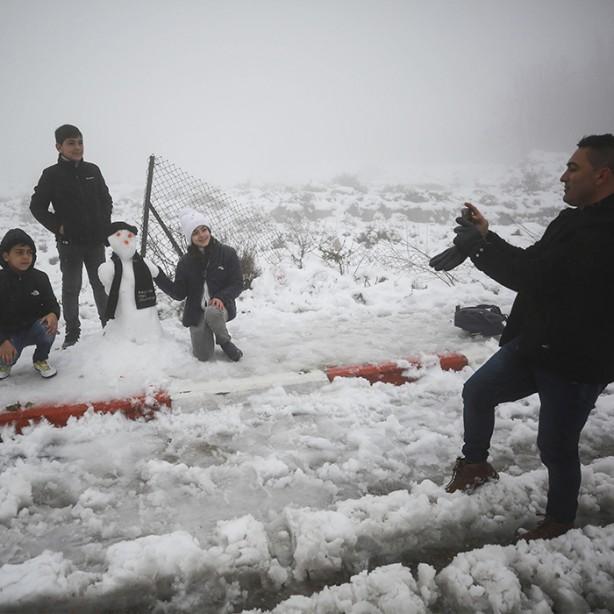 Foto - Çocuklarıyla kardan adam yapan aileler fotoğraf çekmeyi de ihmal etmedi.