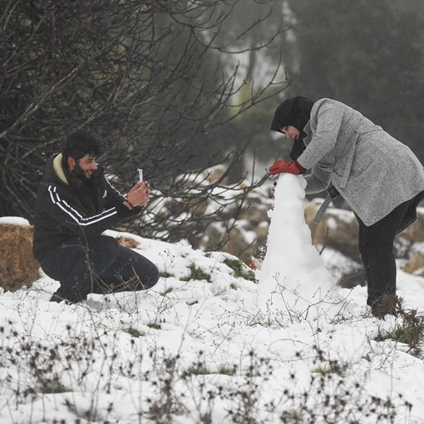 Foto - Ramallah'ta yaşayan Filistinliler, yağış sonrası karla oynamak için bahçelere indi.