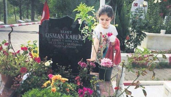 Foto - 'Bizim günahımız ne?' Kızının babasını hiç görmediğini anlatan Şehit Jandarma Uzman Çavuş Osman Kablan'ın eşi Mahmure Kablan ise,