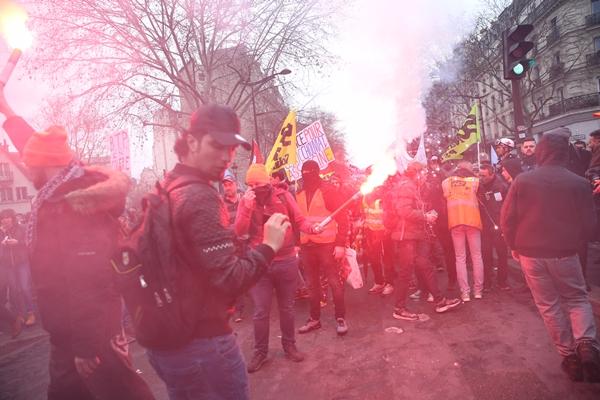 Foto - Protestoya aylardır sokaklarda olan sarı yelekliler de katıldı.