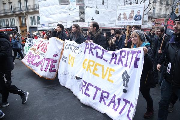 Foto - Fransa'nın başkenti Paris'te Cumhurbaşkanı Emmanuel Macron yönetiminin emeklilik reformu protesto etmek için gösteri düzenlendi.
