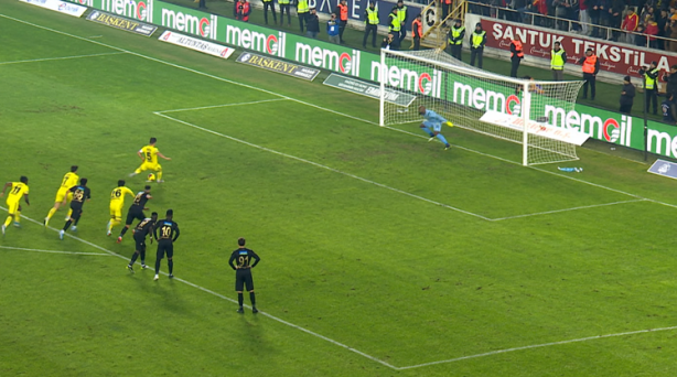 Foto - Penaltı atışı sırasında, eğer bir kaleci ihlalde bulunursa önce sözlü uyarı yapılacak, devam ederse sarı kart gösterilecek.