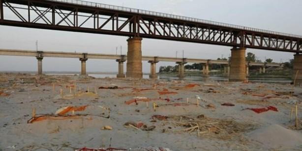 Ganj Nehri kıyılarına gömülmüş yüzlerce ceset ortaya çıktı... Bunlar koronavirüsten ölenler mi?