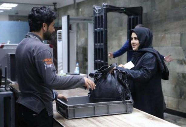 Foto - Öte yandan, önceki hükümet döneminde faaliyet gösteren sınır polisleri de havaalanında çalışmaya başladı. Taliban'ın başkent Kabil'i kontrol etmesinden sonra burada çalışan kadınlar, Taliban'ın kadınların çalışması konusundaki belirsiz tutumu nedeniyle işlerine gitmemişti.