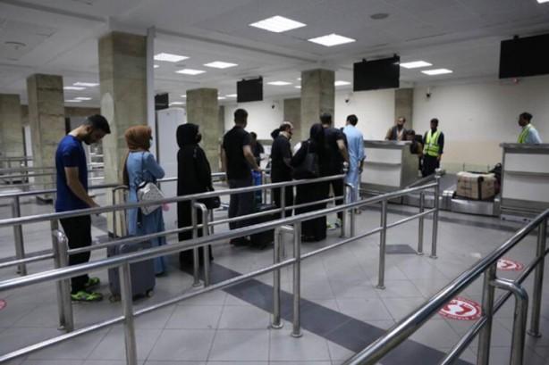 Foto - Taliban'ın havalimanını devralmasından sonra 1 Eylül'de Katar Havayolları'na ait bir uçak, buranın yeniden faaliyete girmesi için inceleme yapacak teknik ekibi Kabil'e getirmişti. Daha sonra 4 ve 6 Eylül tarihlerinde Katar'dan insani yardım ve tıbbi malzeme taşıyan iki uçak Kabil'e inmişti.