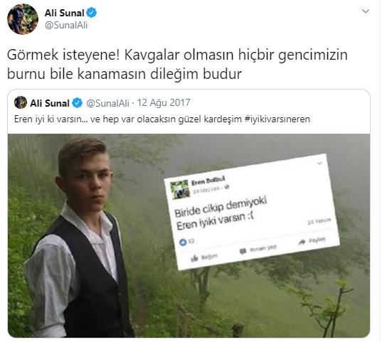 """Foto - ALİ SUNAL, EREN BÜLBÜL'ÜN ARKASINA SIĞINDI - Tepki çeken görüntünün ardından açıklama yapmak zorunda kalan Ali Sunal, Trabzon'da PKK'lı teröristler tarafından şehit edilen Eren Bülbül'ün arkasına sığındı. Sunal, Twitter'dan yaptığı açıklamasında şu ifadeleri kullandı: """"Görmek isteyene! Kavgalar olmasın hiçbir gencimizin burnu bile kanamasın dileğim budur"""""""