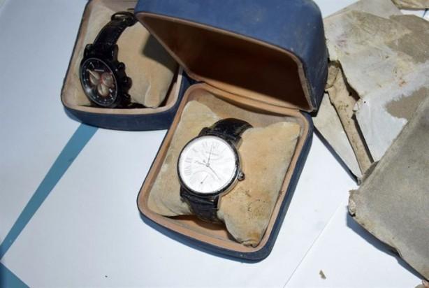 Gülen imzalı toprağa gömülmüş saatler bulundu