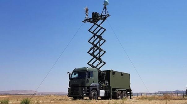 Foto - MİLLİ İHA'LARA GEZİCİ ÜS Türk savunma sanayisinin insansız hava aracı/silahlı insansız hava aracı (İHA/SİHA) üreticisi Baykar, araçların ve üzerlerindeki faydalı yüklerin komuta edildiği yer kontrol istasyonu için mobil çözüm geliştirdi. Baykar, son dönemde ülke içinde ve sınır ötesinde etkin olarak kullanılan ve 66 bin saat uçuş süresine ulaşan Bayraktar TB2 ile sahada edindiği deneyimleri sistemin geliştirilmesine yönelik kullanıyor. Baykar mühendislerinin bilfiil sahada yer alıp ortaya çıkan ihtiyaçlara anında müdahale etmesi aynı zamanda yeni çözümlere de kapı aralıyor.