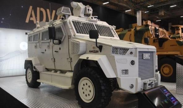 Foto - BMC'DEN ASKERİ SÜRÜCÜSÜZ ARAÇ Türkiye'nin zırhlı kara aracı üreticilerinden BMC, 14. Uluslararası Savunma Sanayii Fuarı'nda (IDEF'19) Çok Amaçlı Zırhlı Araç Amazon'un yeni teknolojilerle otonom sürüş yeteneği kazandırılan prototipini ilk kez sergiledi. BMC'nin Sakarya Karasu Fabrikası'nın temel atma töreninde Cumhurbaşkanı Recep Tayyip Erdoğan'a tanıtılan Amazon, monokok gövdesi ve özel V tabanıyla mayın, balistik ve el yapımı patlayıcılara karşı uluslararası standartlara koruma seviyesine sahip bulunuyor. Amazon, üstün koruma özellikleri ve geniş kullanım alanlarının yanı sıra kullanıcılarına yüksek manevra kabiliyeti sunuyor.