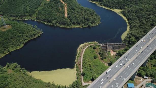 Foto - İstanbul'a su sağlayan önemli kaynaklardan biri olan baraj üzerinde oluşan yeşil tabaka, bölge halkında tedirgin etti.