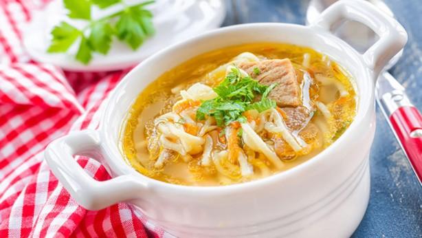 Foto - Tavuk çorbasının faydaları •Et suyu ve tavuk suyuyla çorba hazırladığınızda yağ ilave etmenize gerek kalmaz. •Küçük et ve tavuk parçacıklı çorbalar enerji verir tok kalmanızı sağlar. •Tavuk sulu sebze çorbaları, nötrofil ismi verilen iltihap hücrelerini engelliyor. •Tavuk ve piliç; protein, madensel tuzlar ve vitamin kaynağıdır.