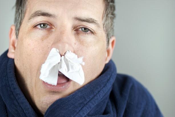 Foto - Sonbahar alerjisi belirtileri ile Covid-19 belirtileri arasındaki farklar nelerdir? Alerji belirtileri ve koronavirüs belirtileri birbiri ile karıştırılabilir. Öksürük ve nefes darlığı gibi bazı COVID-19 ve sonbahar alerjisi semptomları benzemektedir. Ancak COVID-19'un birincil belirtisi yüksek ateştir ve ateş alerji belirtisi değildir. COVID-19 ve alerjiler arasındaki bir diğer temel fark yayılmadır. Alerjiler bulaşıcı olmasa da COVID-19 kişiden kişiye yayılabilir. Koronavirüs belirtileri arasında ateş, öksürük, nefes darlığı, boğaz ve baş ağrısı, burun tıkanıklığı, kas ve vücut ağrıları, bulantı, kusma ve ishal sayılabilir. Alerji belirtileri ise kaşıntılı, burun akıntısı, hapşırma, öksürük, kaşıntılı sulu gözler, kızarıklık, hırıltı sayılabilir.
