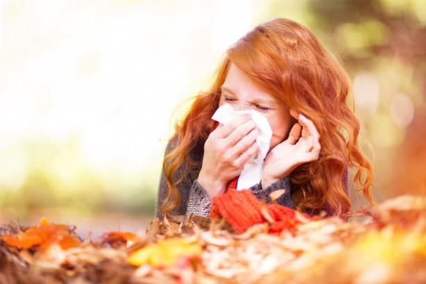 Foto - Sonbahar alerjilerinin nedenleri nelerdir? Bağışıklık sisteminin genel olarak zararsız bir maddeyi zararlı olarak algılaması ve bu maddeyle mücadeleye girişmesi sonucu alerjik reaksiyona meydana gelir. Sonbaharda alerjiye neden olan birden fazla tetikleyici vardır. Hem iç mekan alerjenleri hem de dış mekan alerjenleri, belirtilerde artışa neden olabilir. Polenler, küf sporları, toz akarları sonbaharda alerjiye neden olan yaygın alerjenlerdendir.