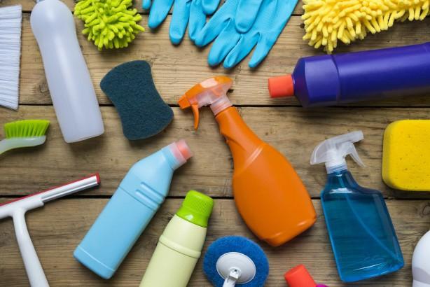 Foto - Temizlik malzemelerinin kokuları alerji belirtilerini artırır Özellikle evde daha çok vakit geçirmeye başladığımız ve çocukların da okullara başladığı bugünlerde temizlik malzemelerinin kokuları da alerjik hastalıklarının belirtilerini tetikleyebilir. Çünkü alerjik astım ve alerjik nezleli kişilerin akciğerleri çok hassastır.