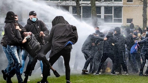 Hollanda'da sokaklar savaş alanına döndü
