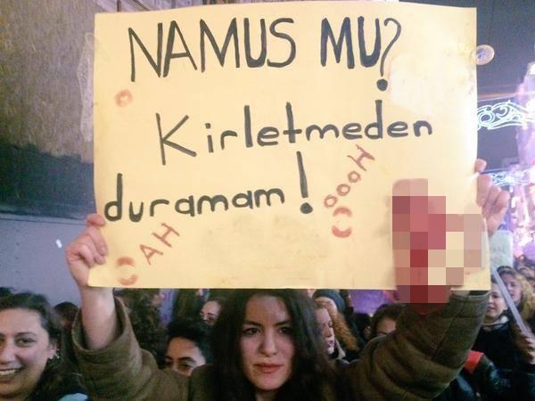 İlginç pankartlarla feminist yürüyüşü