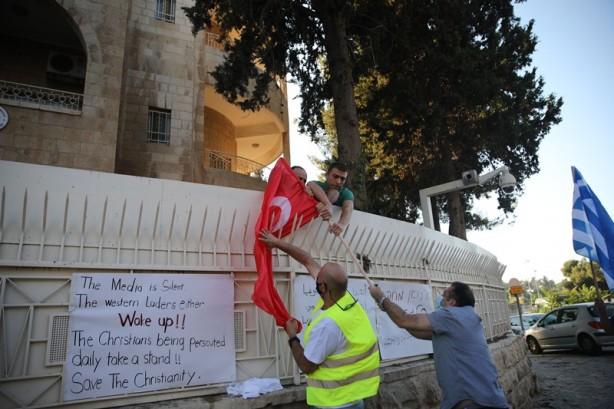 İsrail'den büyük alçaklık! Ayasofya'yı hazmedemeyip Türk bayrağını yaktılar